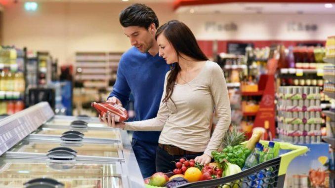 Paar entdeckt Klimaschutz Label bei Lebensmitteln