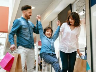 Familie freut sich über flexiblere Öffnungszeiten wegen corona