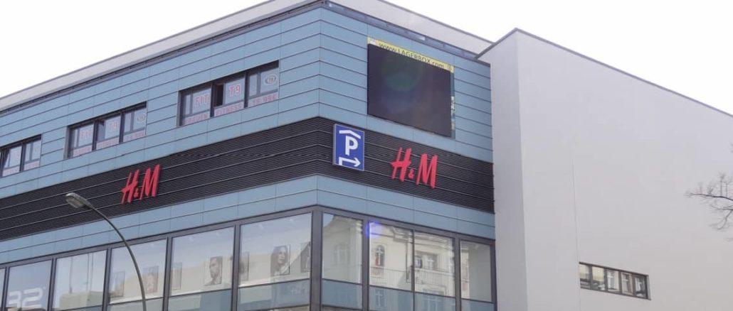 H&M Logo an einem Einkaufscenter