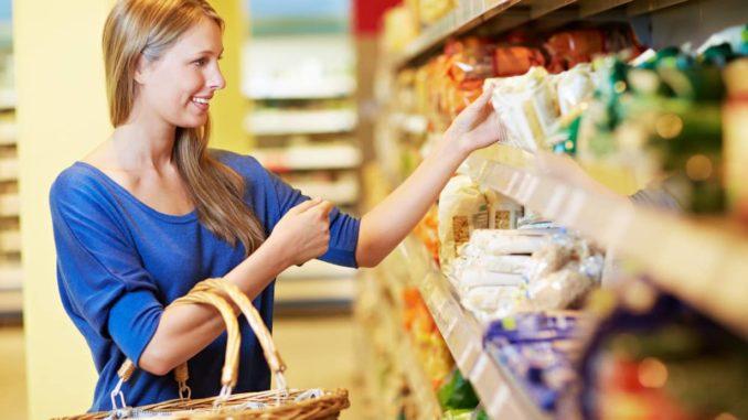 Frau in einem Mini-Markt